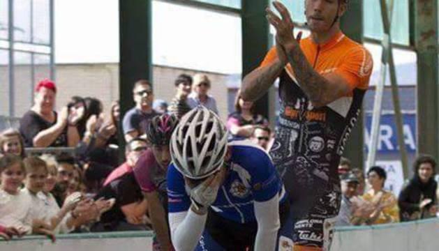 Aarón logró la plata nacional en Lagunak con la ayuda de Ioseba Fernández. Así lloraba en meta.