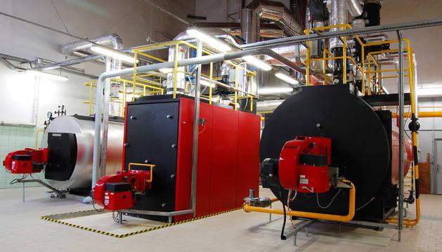 Imagen de una sala de calderas de gas natural.