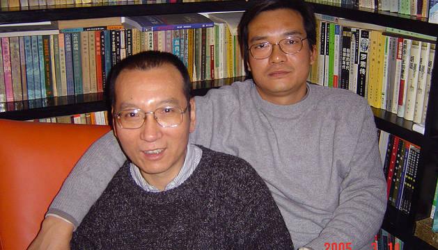 Liu Xiaobo junto a su hemano en una imagen de 2005.