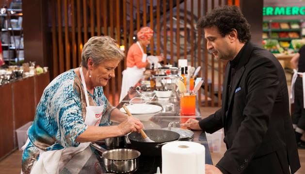 Imagen de Edurne, concursante que ya tiene asegurado su pase a la final, recibiendo indicaciones del chef Pepe Rodríguez.