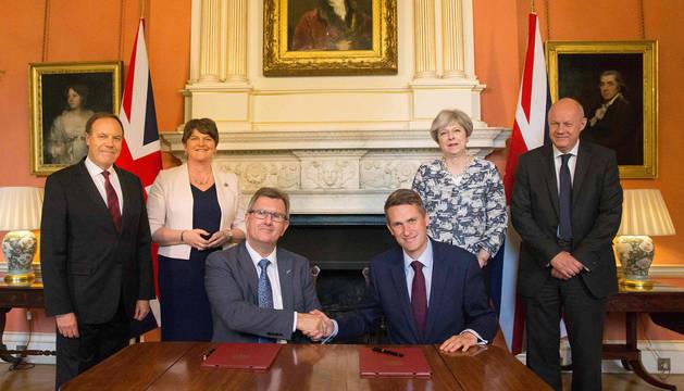 Theresa May y parte de su gobierno con los líderes del DUP.