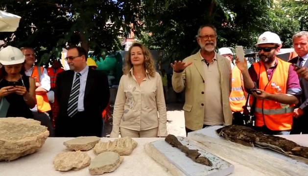Imagen de las autoridades muestran los restos de la antigua ciudad romana.