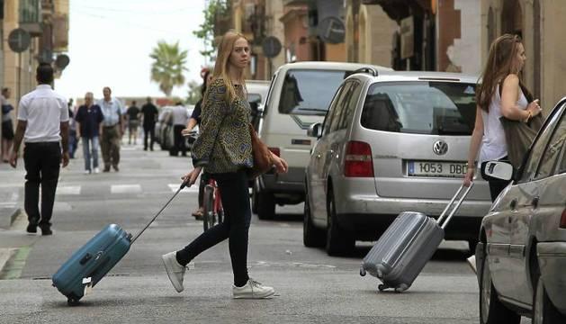 Dos turistas en el barrio de la Barceloneta