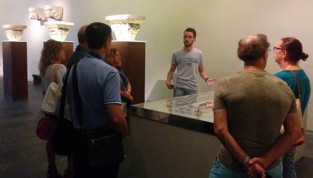 Imagen de una visita guiada al Museo de Navarra.