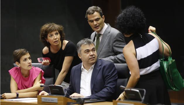 Cerdán, rodeado por los también socialistas Chivite, Unzu, Garmendia y Jurío, antes de empezar el pasado pleno del Parlamento.