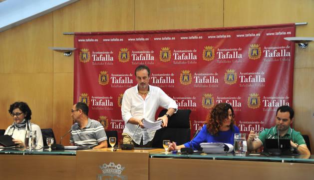 El alcalde de Tafalla se sienta antes de iniciar la sesión plenaria.
