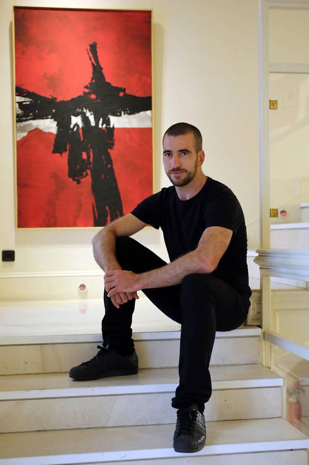El rojo, con distintos matices, es un color presente en la obra del artista bilbaíno.