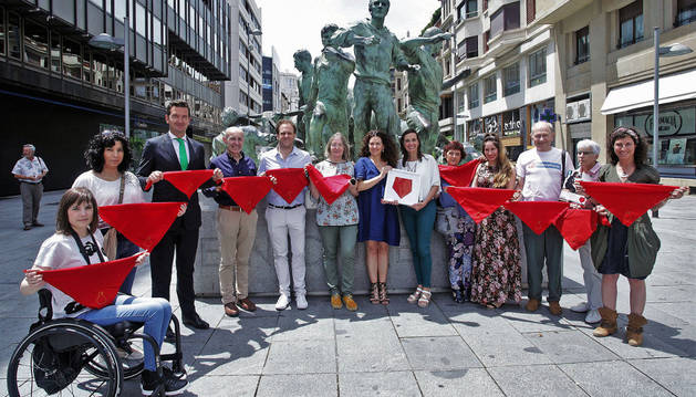 Los comerciantes y algunos voluntairos de la fundación Vicente Ferrer que este año se han sumado a la venta del Pañuelico solidario.