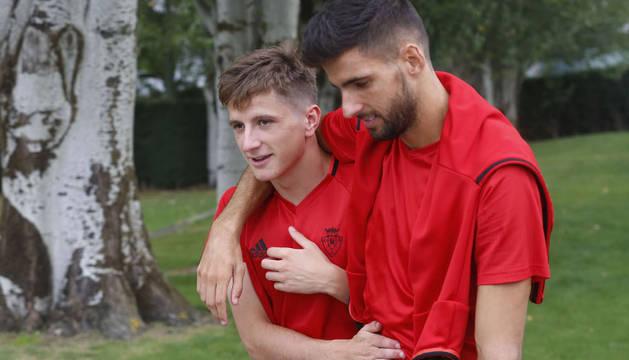 Miguel Olavide y Kenan Kodro, abrazados durante un entrenamiento de esta temporada en Tajonar.