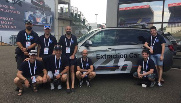 El equipo de navarros en Le Mans posando junto al coche de extracción.
