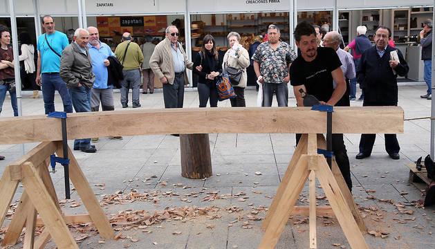 Un carpintero, durante la feria de artesanía de la Plaza del Castillo del año 2016.