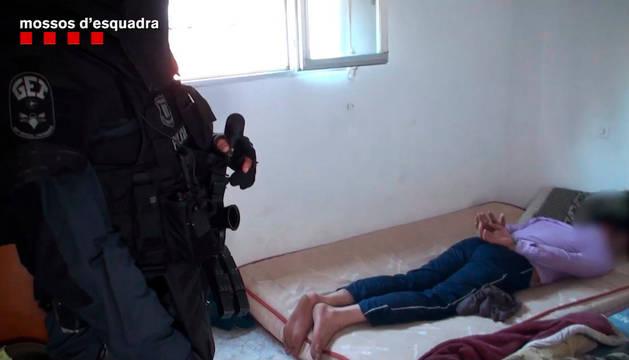 Momento de la detención de 15 personas de nacionalidad paquistaní presuntamente involucradas en la banda.