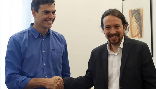 Saludo entre Pablo Iglesias y Pedro Sánchez.