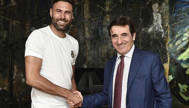 Sirigu con el presidente del club italiano Siniša Mihajlović tras la firma de su contrato
