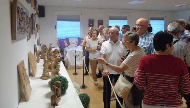 Los mayores muestran los trabajos de manualidades realizados durante el curso