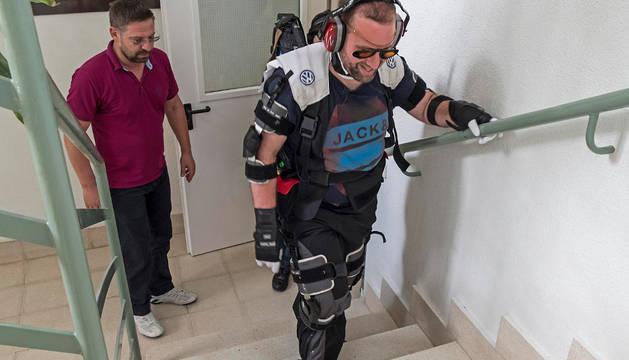 David Cabrero del Amo, director de la residencia, sube las escaleras con el traje simulador.