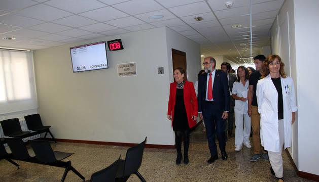 Olga Sanz, a la dcha., con la presidenta Barkos y el consejero de Salud, Fernando Domínguez (izda.) en una visita al hospital Reina Sofía de Tudela.