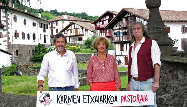 De izquierda a derecha, Miguel Mari Irigoyen, alcalde de Etxalar; la directora Pantxika Urruty y el adaptador, Gerardo Mungia.