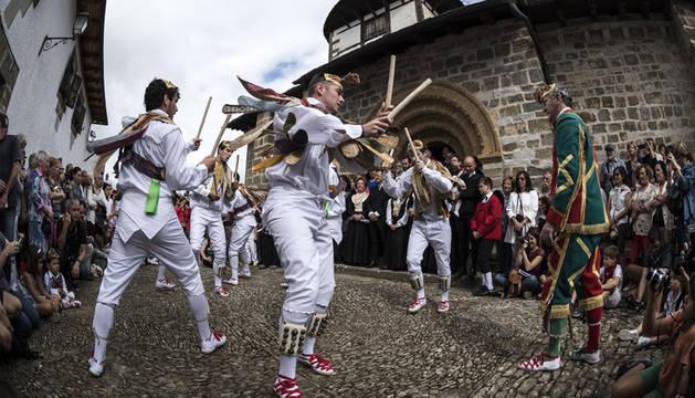 Los Danzantes de Ochagavía actúan en las fiestas del año pasado a las puertas de la ermita de Muskilda.