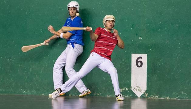 Mitxel Fernández empala una pelota junto a Mikel Sanz en la final del I Torneo de Pala Corta celebrado en el Club de Tenis.