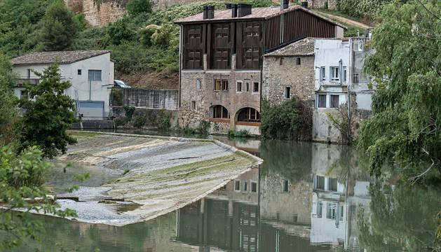 La Hostería Curtidores luce así su fachada a orillas del río Ega.