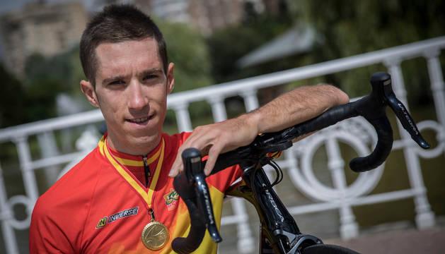 Sergio Rodríguez ayer en el parque de Yamaguchi con la medalla de oro conseguida en el Campeonato de España.