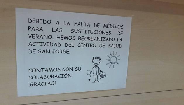Imagen de un cartel informativo colgado en el centro de San Jorge.