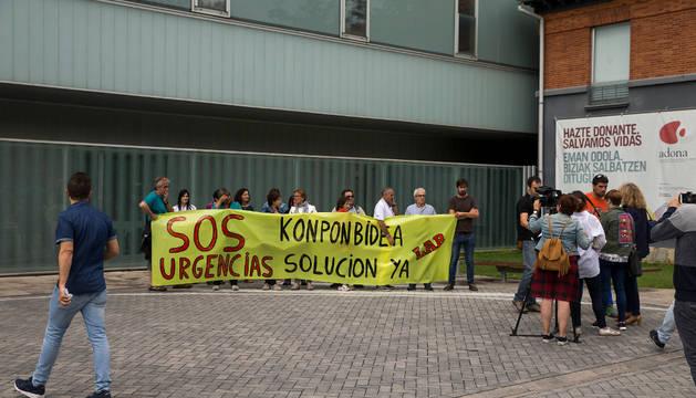 Concentración ayer ante el edificio de Urgencias del CHN.