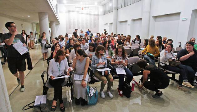 Un grupo de interinos sigue el acto de elección de plazas vacantes