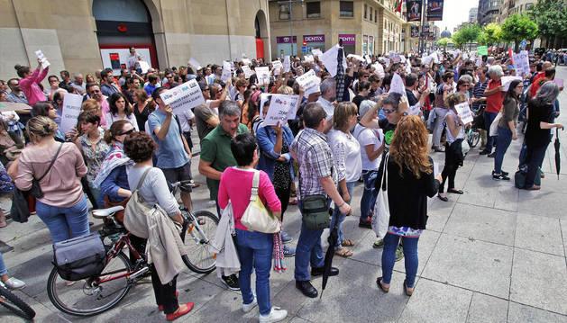 Medio millar de docentes protestan ante el Palacio, denuncian que no quiera recibirles la presidenta y piden alargar el convenio