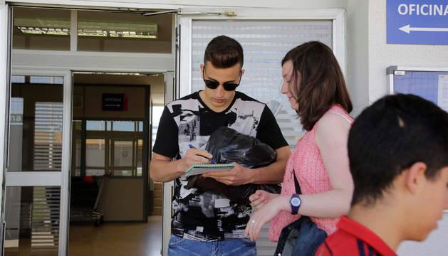 Álex Berenguer firma un autógrafo a una aficionada en las instalaciones de Tajonar.