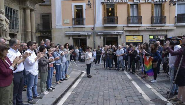 Concentración en la plaza del Ayuntamiento de Pamplona con motivo del Día del Orgullo LGTBI.