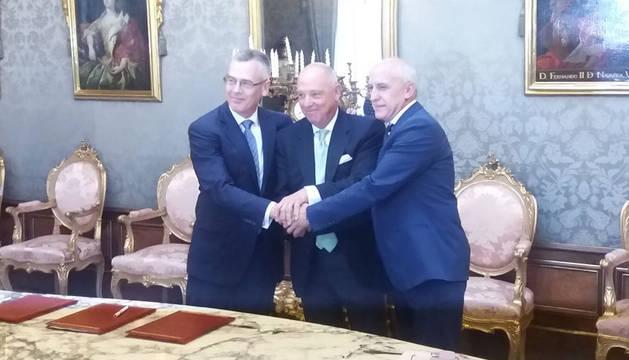 foto de Pedro Esnaola, Javier Taberna y André-Yves Garreta tras la firma del acuerdo.