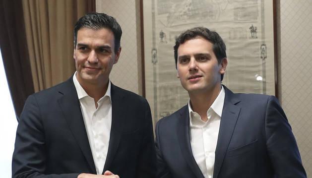 Sánchez y Rivera posan ante los medios momentos antes de reunirse