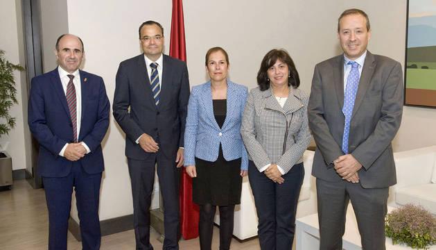 foto de Manu Ayerdi, Markus Tacke, Uxue Barkos, Rosa García y José Antonio Cortajarena.