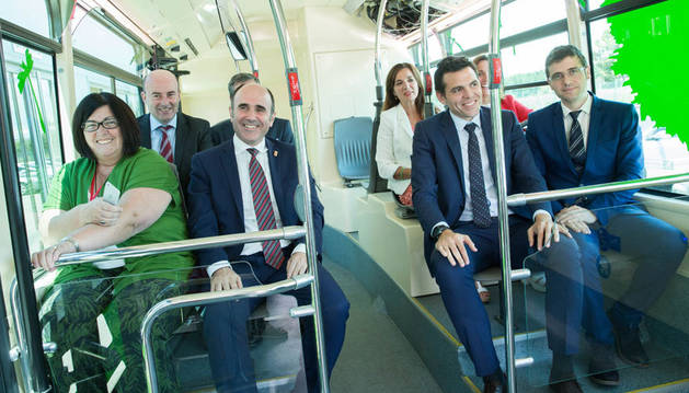 foto de Ayerdi con representantes de Sodena y de las empresas Vectia y Trenasa, en uno de los autobuses eléctricos.