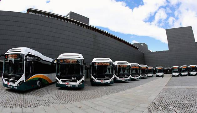 Los nuevos autobuses urbanos, en la plaza de Baluarte este miércoles.
