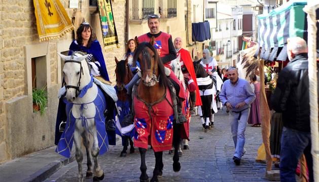 Imagen de un momento de un desfile en Artajona durante los Encuentros con la Historia del año pasado.