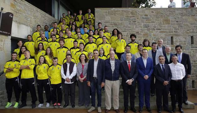 Los deportistas que ayer acudieron a la entrega de becas junto a Miguel Induráin y otros miembros de la Fundación.