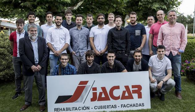 La plantilla del Jacar San Antonio Balonmano, posando ayer en el Asador Maya durante su presentación.