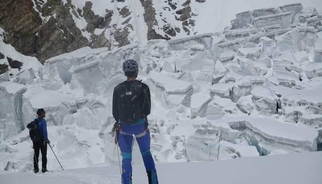 Vallejo e Iñurrategi, observando el glaciar que deben cruzar.