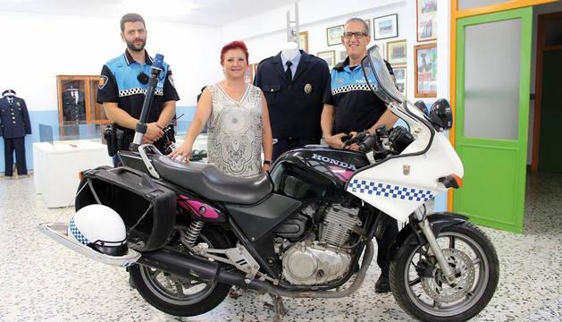 Javier Sagaseta, Isabel Jiménez Malo y Juan Cruz Ruiz, con la moto Honda donada a la policía.