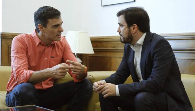 Foto del secretario general del PSOE, Pedro Sánchez, durante la reunión que ha mantenido con el coordinador general de IU, Alberto Garzón.