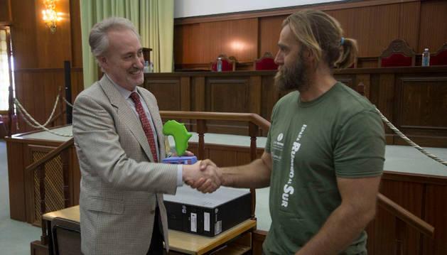 Foto de Carlos Múgica (izda.) recibe de Telmo Aldaz el premio por su hermano.