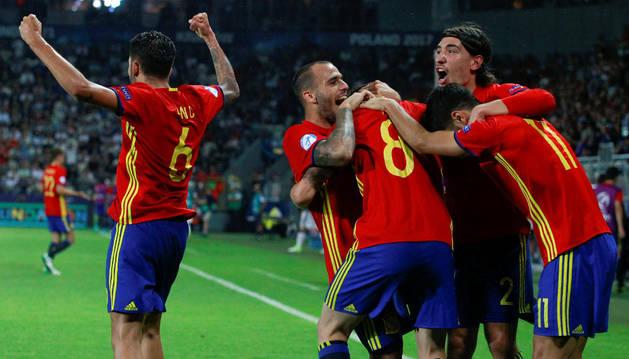 Los jugadores de la 'Rojita' celebran uno de los goles de Saúl Ñíguez contra Italia