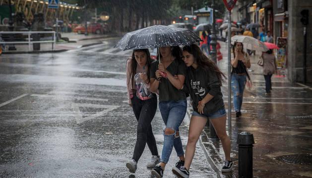 Durante la tarde de ayer se sucedieron tormentas con fuertes aguaceros en Pamplona.