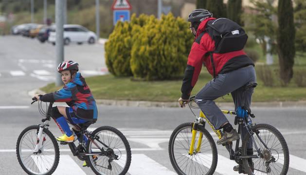 Foto de dos ciclistas en Sarriguren.