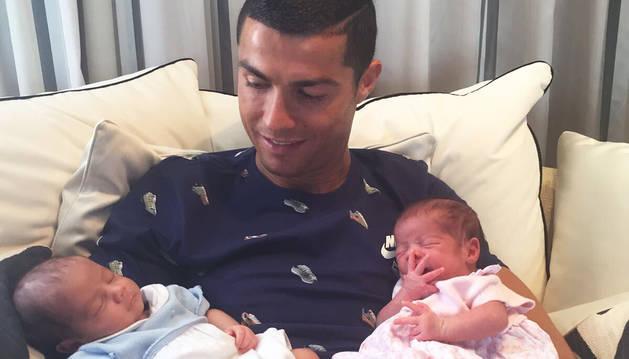 Cristiano presenta a sus nuevos hijos en sociedad