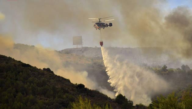 Un helicóptero en las labores de extinción de un incendio declarado anoche en la Sierra Calderona