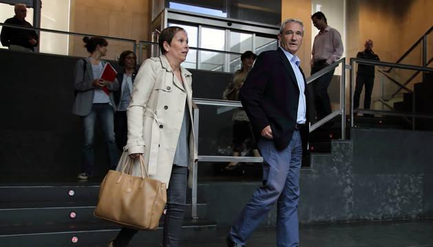 Foto de Barkos y Aranburu, a su entrada al Parlamento foral.